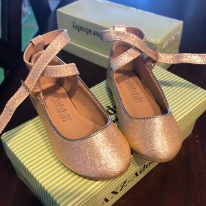 LIKE NEW Gold sparkle baby girl size 4 shoes